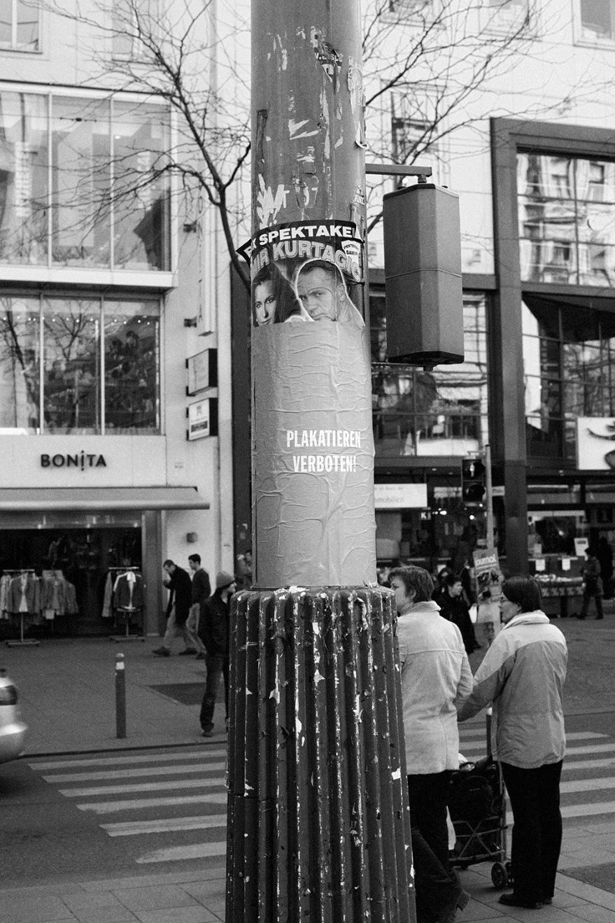 WE DON´T ADVERTISE, 2008, Schwarzweiß-Diaserie, 80-tlg
